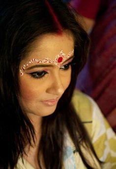 #Bengali chandan work Bengali Bridal Makeup, Bengali Wedding, Bengali Bride, India Wedding, Indian Bridal, Wedding Bride, Wedding Eye Makeup, Bride Makeup, Saree Models