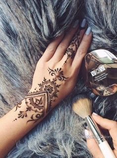 Uploaded by Анастасия Михальчук. Find images and videos about tatoo, henna and tattoo on We Heart It - the app to get lost in what you love. Henna Tatoos, Henna Tattoo Hand, Henna Mehndi, Mehendi, Henna Hand Designs, Mehndi Designs For Hands, Henna Tattoo Designs, Modern Henna Designs, Finger Tattoos