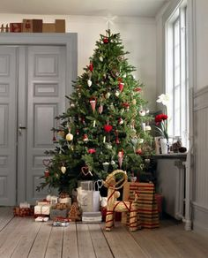 Simple decorations for red nad white vintage inspired Christms tree