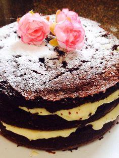 Naked Cake de chocolate com recheio de ganache branco & morangos