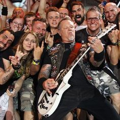 mades a guitar solo generously for fans. Bruce Dickinson, Power Metal, Death Metal, Black Metal, Metallica Live, Ron Mcgovney, Robert Trujillo, Dave Mustaine, Kirk Hammett