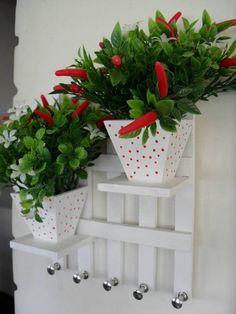 Porta chaves em mdf com vasinhos e arranjos florais. R$ 33,00