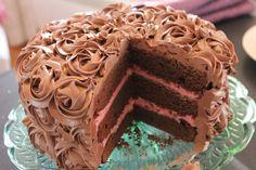 //Bilde er tatt for magasinet mateglede, kaken er det jeg som har laget// Hei Dette er min signaturkake – tre lag med sjokoladebunn, frisk bringebærmousse og en silkemyk sjokoladekrem sprøyte… Norwegian Food, Valentine Cake, Valentines, Scandinavian Food, Baby Cakes, No Bake Desserts, Let Them Eat Cake, Cake Cookies, No Bake Cake