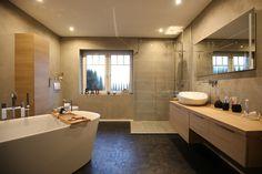 Badezimmer: Wandflächen mit Terra Stone und Designbodenbelag mit objectfloor Domestic