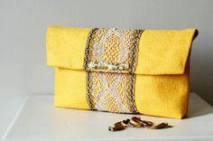 Conçue sur-mesure pour faire revivre les trésors de famille. Ici une ancienne dentelle sur cette ravissante pochette jaune !