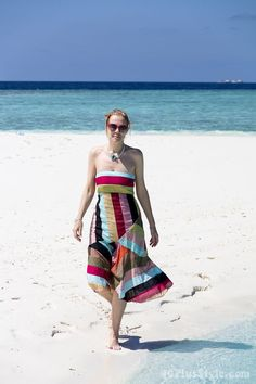 A tropical summer dress on a sandbank in the Maldives | 40plusstyle.com