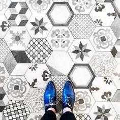 75004 - Rue de Tresor  Another tuttifrutti tiles treasure from Rue de Trésor #parisianfloors#ihavethisthingwithfloors#fromwhereistand#selfeet#paris#floor#carrelage#tile#mosaic#artdeco#architecture#interiordesign#bistro#marais#pattern#design#shoes#andressendra#patina#leathershoes#tuttifruttiles by parisianfloors