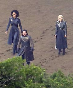 Warning: These Game of Thrones Set Pictures Show Some Huge Spoilers DANAERYS AND JON SNOW TOGETHER HOLY SHIIIIITTTTT