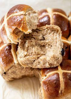 Yeast Bun Recipe, Cross Buns Recipe, Easter Bun, Hot Cross Buns, Sourdough Recipes, Milk And Eggs, Tray Bakes, Raisin, Easy Dinner Recipes