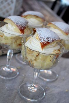 Semla i glas – Niiinis Kitchenlife Köstliche Desserts, Dessert Drinks, Yummy Drinks, Dessert Recipes, Delicious Cake Recipes, Yummy Cakes, Food Porn, Swedish Recipes, Bagan
