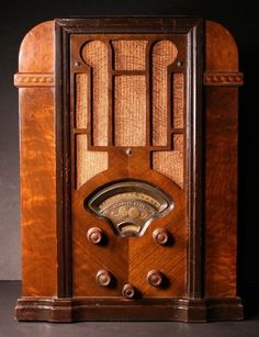 Photos and commentary for the Atwater Kent Model 447 (AK Tombstone Radio from 1934 Poste Radio Vintage, Vintage Tv, Radios Retro, Antiques Near Me, Antique Phone, Old Time Radio, Selling Antiques, How To Antique Wood, Old Things