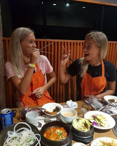 Lisa and Lena eating with chopsticks for the first time