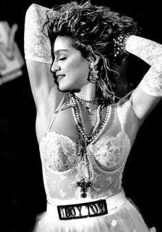 Madonna dans les 80's, lingerie blanche et collier croix