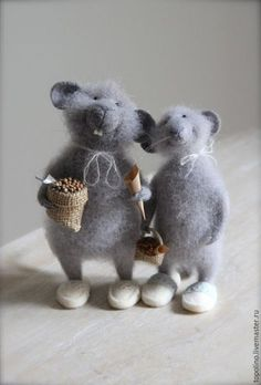 individually they are cute whimsical. together they add a story-relationship-depth Needle Felted Animals, Felt Animals, Wet Felting, Needle Felting, Wooly Bully, Stuart Little, Felt Mouse, Cute Mouse, Felt Dolls