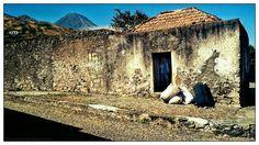 Nome: O celeiro   Localização: Cabo Verde, Fogo,Santa  Catarina, Cova Figueira  Séria: Cenário de rua  Comentários:  No centro de Co...