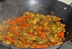 Wokban készült friss zöldségek csirkével Wok, Naan, Atkins, Ratatouille, Favorite Recipes, Health, Ethnic Recipes, Recipes, Red Peppers