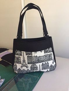 preto ebranco Denim Handbags, Fabric Handbags, Fabric Bags, Tote Backpack, Tote Purse, Quilted Tote Bags, Handmade Purses, Denim Bag, Girls Bags
