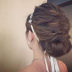 純白のウェディングドレスに似合う正統派のブライダルヘアと言えば、やっぱりアップヘアです!今回は、インスタグラムのリアル花嫁さんたちから、美人オーラが漂うヘアアレンジを学んでみましょう♪ 結婚式、披露宴、前撮り、フォトウェディングなどの髪型にお悩みの花嫁さんは必見です♡