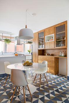 Apartamento pequeno com decoração moderna, decoração branca, integrada, iluminação natural, jardim vertical, sala de jantar.