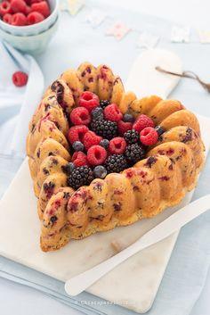 Torta soffice ai frutti di bosco senza burro e senza olio con mascarpone e e frutti di bosco congelati. Bundt cake Nordic Ware. Berry cake, easy recipe