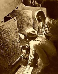Howard Carter opens the grave of king Tut Ench Amun. Egypt The raid begins Ancient Artifacts, Ancient Egypt, Ancient History, King Tut Tomb, Valley Of The Kings, Tutankhamun, Egyptian Art, Egyptian Tattoo, Egyptian Mythology