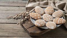 Vůně medu aperníkového koření není jen synonymem začátku adventu, ale ivelikonočního pečení. Perníková vajíčka azajíčci potěší malé koledníky, ale také mohou být součástí velikonočních dekorací. Vyzkoušejte snámi recept na hned měkké medové perníčky, včetně rad atipů na zdobení. Deserts, Tray, Baking, Sweet, Food, Essen, Candy, Bakken, Postres