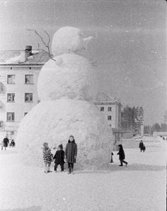 NOT JUST A SNOWMAN. Huge snowman in that is in Zarechniy a closed atomic city in Soviet Union. This image could only be removed from the settlement after censorship, and even photography could only be authorized. More interesting infos in c Old Photos, Vintage Photos, Vintage Pins, Korat, Snow Sculptures, Old Photography, Street Photography, Soviet Union, Historical Photos