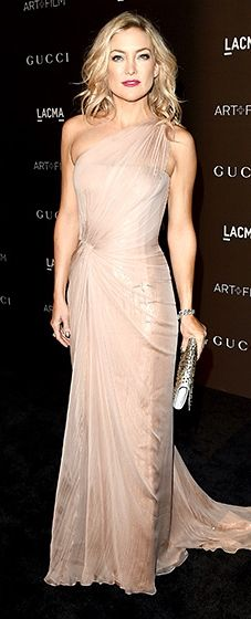 Kate Hudson showed off her toned bod in a blush one-shoulder Gucci gown with a silver clutch.