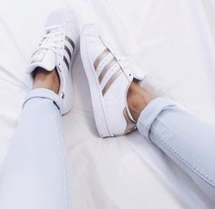 Sneakers femme - Adidas Superstar Rose Gold - Adidas Shoes for Woman Adidas Shoes Women, Adidas Sneakers, Shoes Sneakers, Women's Shoes, Roshe Shoes, Adidas Shoes Superstar Gold, Sneakers Style, Gold Sneakers, Adidas Outfit