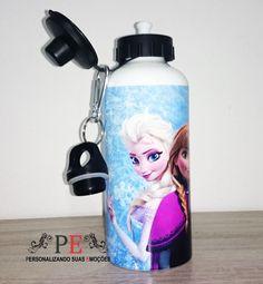 Squeeze de alumínio com duas tampas e mosquetão, na cor branca, personalizado com o tema do filme preferido da criançada Frozen, é possível personalizar com o nome da criança. <br>Personalizamos com sua estampa favorita e fotos. <br>Entrega rápida.