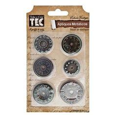 Aplique Metálicos Faces de Relógios Toke e Crie   Peças de Metal com efeito envelhecido são ideais para decorar páginas de scrapbook, trabalhos de scrapdecor e artesanato em geral. Pode ser usado em conjunto com Aplique Metálico Ponteiros   Contém: 6 pçs   Tamanhos variados entre 2,5 a 3,5 cm    Fabricante:   Toke e Crie