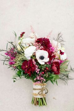 like the organic feeling of different textures here - is this the size of the bridesmaids bouquet?