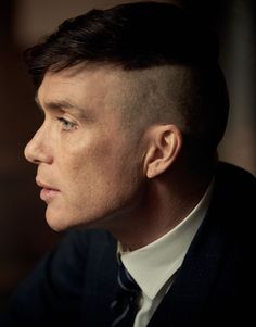 In honor of the new season of Peaky Blinders being on netflix I present the only man in the world who could look so beautiful with this haircut. Cillian Murphy as Tommy Shelby. Peaky Blinders Tommy Shelby, Peaky Blinders Thomas, Cillian Murphy Peaky Blinders, Tommy Shelby Hair, Taper Fade, Peaky Blinders Frisur, Thomas Shelby Haircut, Peaky Blinder Haircut, Peaky Blinders Wallpaper
