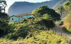 Estradinha pela zona rural do estado de Minas Gerais, Brasil.  Fotografia: http://www.portalanaroca.com.br