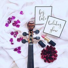 Jaka muzyka jest najlepsza na lato? Wcale tu nie forsuję klasyki ja o takiej porze uwielbiam gorrrące latino! A u Ciebie co w głośnikach?     PS.  Te cudne napisy znajdziecie u @littlecup_official  _____________ #violin | #skrzypce | #flatlaytoday | #simpleandstill | #tv_stilllife | #pretty_shotz | #seekinspirecreate | #lipstickaddict | #inspired_by_colour | #shotwithlove | #geige | #fiddle | #musicblog | #skrzypczyni | #stationeryaddict | #artistry_vision | #allthingsofbeauty…