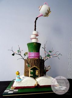 EDITOR'S CHOICE (03/08/2015) Alice in a Wonderland by Galina Duverne - Gâteaux Sur Mesure Paris View details here: http://cakesdecor.com/cakes/185293-alice-in-a-wonderland