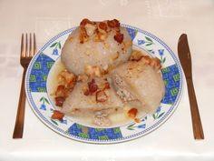 Kartacze to kultowa potrawa na Podlasiu. To rodzaj dużej pyzy ziemniaczanej nadziewanej mięsem i najczęściej podawanej ze skwarkami. Poniżej publikujemy sprawdzony przepis na ten regionalny specjał, którego każdy powinien spróbować. Pakistan Food, Poland Food, Dumpling, The Dish, Chicken Recipes, Bacon, Stuffed Mushrooms, Homemade, Meals