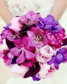 Buchet de mireasa in nunate atragatoare de mov si lila.