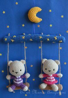 Cute bear mobile by Sandra Droppelmann - Es un mundo Amigurumi - Pattern for sale in Spanish Crochet Baby Mobiles, Crochet Mobile, Crochet Baby Toys, Crochet Amigurumi, Crochet Bear, Cute Crochet, Amigurumi Patterns, Amigurumi Doll, Crochet For Kids