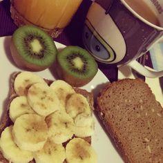 Bei Frau Jupiter gab es zum Frühstück Brot mit Banane und Zimt (das zweite wurde mit Mandelmus und Feigenmarmelade später bestrichen) und dazu frisches Obst, Saft und Reis-Kokos-Drink - supergesund!