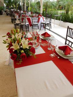 Centro de mesa para los novios de Florería el Paraíso en Quinta Pavo Real del Rincón www.pavorealdelrincon.com.mx