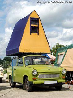 Trabant 601 Universal mit Dachzelt - Kombi, Camping, DDR - Camping stand in der Freizeit der DDR-Bürger auf Platz 1, ich erinnere mich gern an diese Tage zurück, kein Streß, nur der Wind in den Bäumen und den Wiesen, Kinderlachen, Motorboote auf dem Wasser, baden gehen und die Pietsche (Angel) im Wasser und gleichzeitig auf dem Steg sonnen, heute kann man sich Campen kaum noch leisten - fotografiert am 25.07.2009 zum Museumfest am Blaulichtmuseum in Beuster - Copyright @ Ralf Christian…