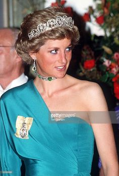 Princess Diana At A Banquet At Claridges. Wearing The Spencer Diamond Tiara, Queen Mary's Cabochon Cabuchon) Emerald And Diamond Choker Necklace (a Gift From The Monarch) And The Royal Family Orders Presented To Her Also (Photo by Tim Graham/Getty Images) Princess Diana Tiara, Princess Diana Family, Princess Of Wales, Lady Diana Spencer, Spencer Family, Princesa Diana, Meghan Markle Engagement, Diana Fashion, Hm The Queen
