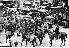 manifestation de rues à Lille entourée par des gardes à cheval.