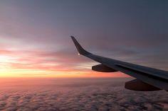 Seit meiner Weltreise bin ich rund vier Monate pro Jahr unterwegs. Hier sind 17 Tipps & Tricks zum Langstreckenflug - zu Handgepäck, Kleidung & Gesundheit.