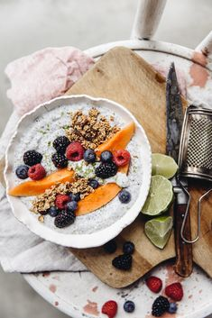 A gluten-free, dairy-free, vegan and raw breakfast bowl! Chia Pudding Breakfast, Raw Breakfast, Breakfast Bowls, Breakfast Ideas, Breakfast Recipes, Papaya Smoothie, Oat Smoothie, Coconut Smoothie, Matcha Chia Pudding