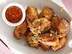Serve these maize balls as a side dish or simply with some spicy dips for something a little different for dinner. Wine Recipes, Snack Recipes, Snacks, Pap Recipe, Spicy Roast Chicken, South African Recipes, Ethnic Recipes, Kids Yogurt, Spinach Stuffed Mushrooms