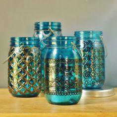 Vasos Bohemia, trío de Mason Jar linternas, cristal azul Teal con peltre y detalles en negro  Este anuncio es para todas las tres linternas en la primera imagen. Este paquete le ofrece un grupo de coordinación de las linternas a un precio reducido en comparación a la compra de los tarros uno por uno.  Inspirados en detalles de la decoración marroquí y patrones de henna, LITdecor produce calidad de velas y faroles para la decoración de su hogar o evento. Estas linternas están decorada en un…