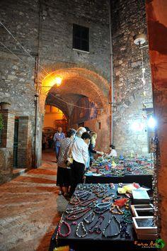 Calvi, La notte del labirinto ad animare il centro storico. Due giorni con artisti ad ogni angolo, mercatini di artigianato, mostre di fotografia e pittura e, novità di quest'anno, il Color Mob