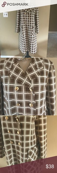 """Vintage brown and white fall coat Beautiful vintage brown and white plaid coat. Double breasted button detail on front with two faux pockets. Designer, fabric, and size label missing. Union label attached to lining. Shoulder to shoulder: 17""""/breast: 21""""/Length:40""""/sleeve length 22"""".. Would estimate that this is a size 12/14/large/extra large. Please play close attention to the measurements. Lining needs repairs at both armpits and 1 stitch at the back hem. Fabric is probably a heavy knit but…"""